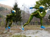 Skulptur vorm Medeo Eisstadion