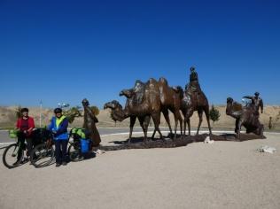 Viele Kamele unterwegs