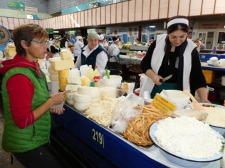 beim Käse kaufen und probieren