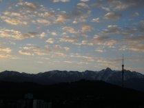 Morgendlicher Blick von unserem Appartement im 14. Stock auf die Berge