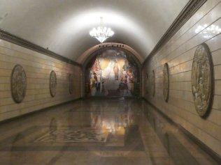 Mosaik einer Theateraufführung an der Station Theater Auezov