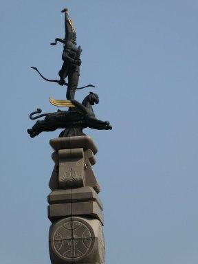 Statue des goldenen Kriegers am Respublika-Platz