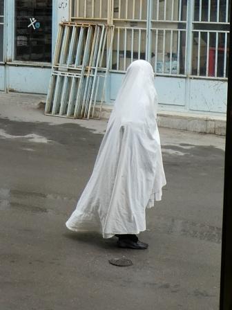 In Varzaneh tragen die Frauen einen weiße Tschador