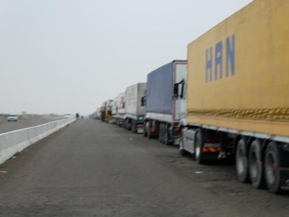 Wartende LKW vor der Grenze