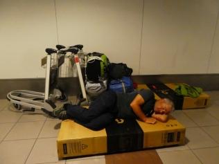 Unruhiger Schlaf in Santiago am Flughafen