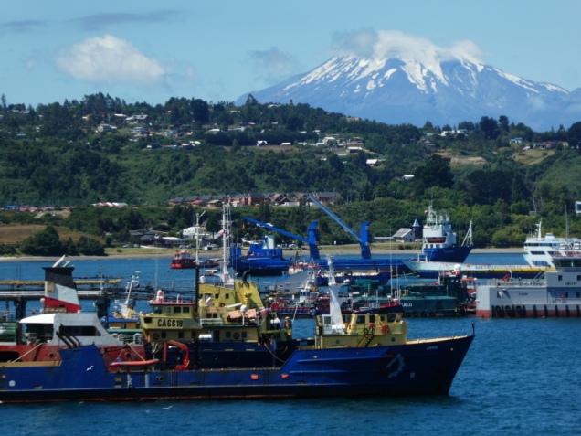 Hafen von Puerto Montt mit Osorno