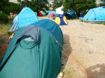 Zeltgedränge im Camp