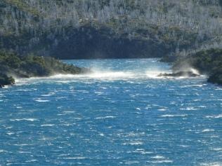 Der Wind treibt die Wellen über den See