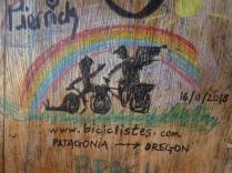 An der Tür der Hütte haben sich viele Radler verewigt