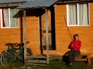 Sonnenbad vor der Hütte