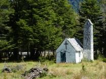Holzkirche vor Villa Santa Lucia
