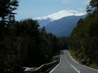 on the road im Park Pumalin mit Vulkan Michinmahuida