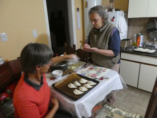 Edith beim Empanadas machen