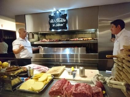 Die Küchenchefs im Boliche de Alberto mit ihrem Riesengrill