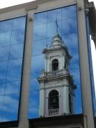 ... spiegelt sich in den Fenstern der Bank nebenan