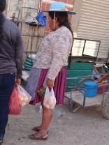 Cholita beim Einkaufen