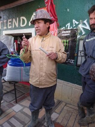 Im Mercado de Mineros zeigt uns José wie Dynamit funktioniert