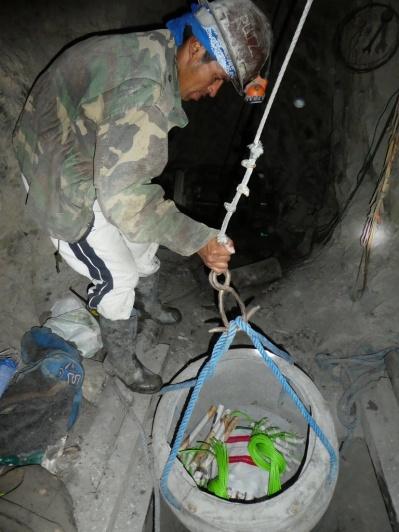 Der Minenarbeiter schickt Dynamit nach unten