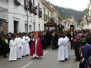 Der Bischof verteilt den Segen