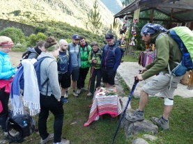 unser Guide erklärt das Färben von Alpaka-Wolle